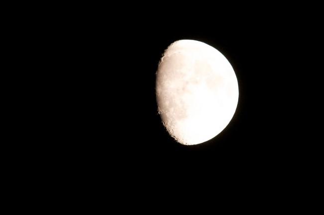 De maan bij nacht